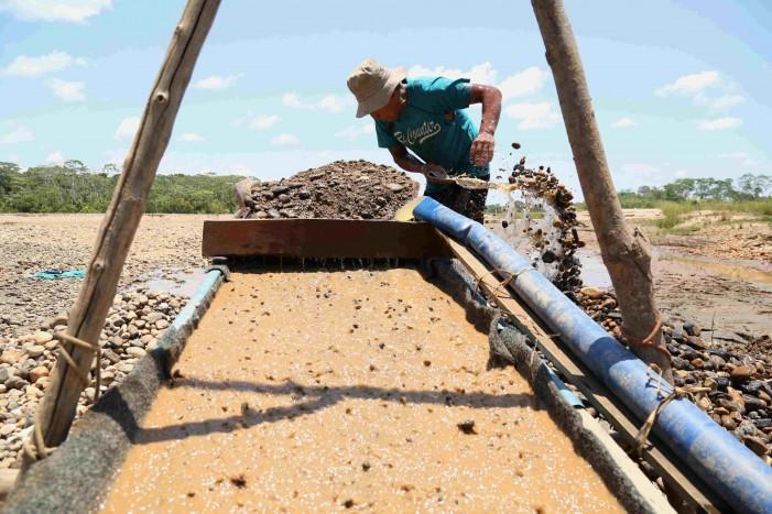 Historia sobre las rutas del oro ilegal en la Amazonia andina